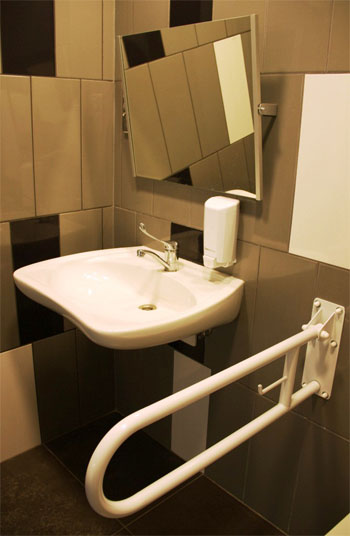 Lustra uchylne - toaleta publiczna