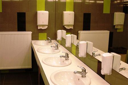 Umywalki w toalecie ogólnodostępnej