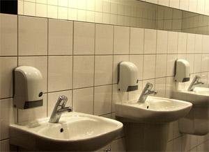 sprzątanie w toaletacg publicznych